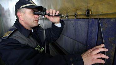 Un douanier roumain inspecte un camion