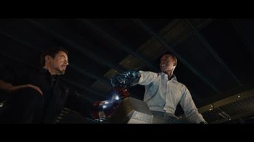 """Capture d'écran vidéo: Stark et Rhodes et le marteau de Thor dans """"Avengers: l'ère d'Ultron"""""""