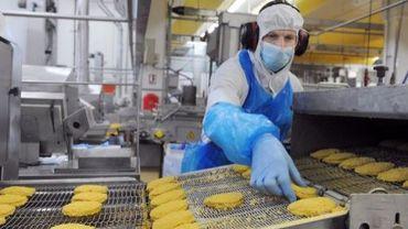 Un ouvrier travaille dans la fabrique LDC de produits alimentaires à Sable-sur-Sarthe, le 5 mars 2012