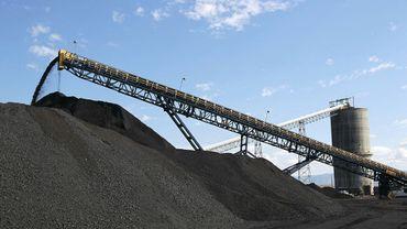 Du charbon est déchargé de camions en provenance de mines de charbon du terminal de Savage (Utah, Etats-Unis) le 26 août 2016