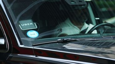 A chauffeur Uber attend un client à New York, le 14 juin 2017