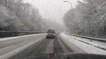 Il neige toujours: risque de chaussées glissantes partout en Wallonie et à Bruxelles ce mardi