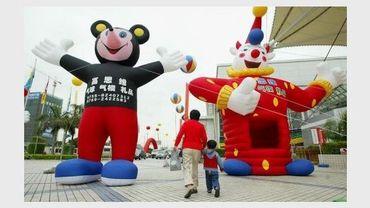 Une mère et son fils quittent une foire aux jouets en Chine.