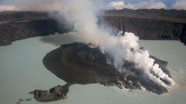 Vue aérienne du 30 septembre 2017 montrant le volcan Manaro Voui dont le regain d'activité menace la population de l'île d'Ambae, au Vanuatu