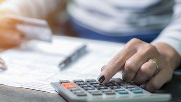 Test Achats présente une pétition contre les frais bancaires au gouvernement