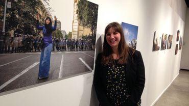"""Pauline Beugnies au Musée de la Photo devant l""""une de ses oeuvres marquantes."""