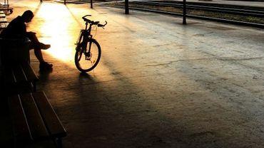 La solitude du cycliste sur un quai de gare désert à Brno