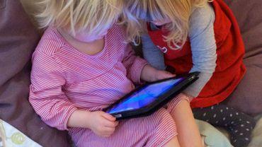 Les tablettes peuvent aider au développement de l'enfant, mais sous supervision et avec modération
