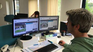 Les commissaires-priseurs surveillent les ventes depuis leur écran d'ordinateur