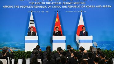 Le Premier ministre chinois Li Keqian (c), le président sud-coréen Moon Jae-in et le Premier ministre japonais Shinzo Abe lors d'un sommet tripartite, le 24 décembre 2019 à Chengdu, en Chine