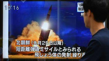 Un homme regarde des images télévisées d'un tir de projectile par la Corée du Nord, à Tokyo le 16 août 2019
