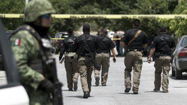 Des soldats, des policiers et des enquêteurs mexicains sur une scène de crime à Saltillo, dans l'Etat de Coahuila, le 27 avril 2019