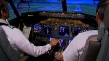 Un pilote d'avion bloqué dans les toilettes crée la panique