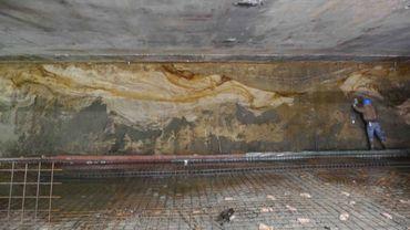 C'est dans ce chantier à l'angle des rues d'Aerschot et du Quatrecht à Schaerbeek qu'a eu lieu cette découverte. A l'image, un archéologue au travail.