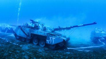 Photo fournie le 23 juillet 2019 par l'Autorité de la zone économique spécial d'Aqaba, en Jordanie, montrant un char des Forces armées jordaniennes dans les eaux de la mer Rouge pour un musée militaire sou-marin inauguré le 24 juillet 2019 au large de la ville d'Aqaba, sur de la Jordanie