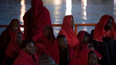 Des migrants secourus en mer sont pris en charge par la Croix-Rouge dans le port andalou de Malga, le 13 janvier
