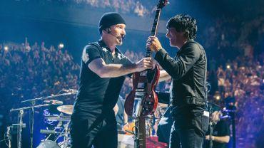 The Edge, guitariste de U2, et Matt McJunkins, du groupe Eagles of Death Metal sur scène à Bercy le 7 décembre 2015