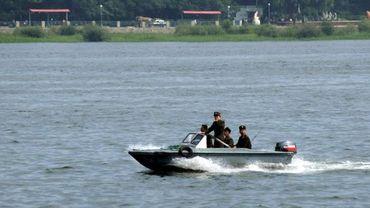 Des militaires nord-coréens patrouillent sur le fleuve Yalu