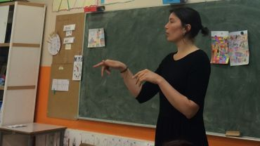 Julie Dock donne cours de français aux ados primo-arrivants au Campus Saint-Jean (Molenbeek)