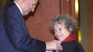 Suzy Falk reçoit l'ordre de Léopold en 2002