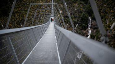 Les gens traversent pour la première fois, le 29 avril 2021, le pont pédestre suspendu le plus long du monde (516 m) à 175 m au-dessus de la rivière Paiva dans le nord du Portugal