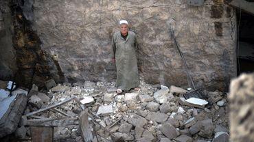 Un homme syrien dans les débris de sa maison