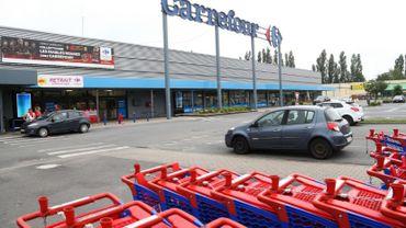 Nathalie tente de gagner un peu d'argent sur les parkings de supermarché