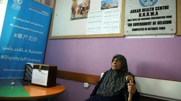 Une réfugiée palestinienne attend de passer un examen médical dans le centre de soins géré par l'Unrwa dans le camp de réfugiés d'Askar, près de Naplouse, dans le nord de la Cisjordanie occupée, le 1er septembre 2018