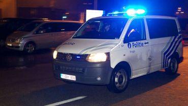 Plusieurs véhicules de police ont sillonné la ville à la recherche du véhicule suspect en fuite (illustration).
