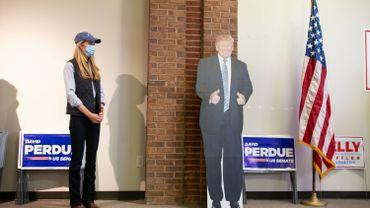 En Géorgie, la sénatrice sortante Kelly Loeffler et son matériel de campagne au Houston County Republican Party Campaign Headquarters