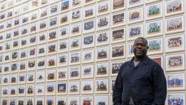 "Steve McQueen pose à la Tate Britain devant son oeuvre ""Year 3"""