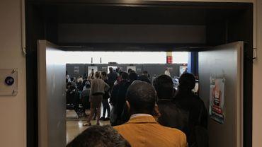 Ce jeudi, au centre administratif du boulevard Anspach, la file à l'accueil s'allongeait jusqu'au ascenseurs.