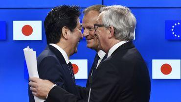 """""""Félicitations Shinzo Abe. Je me réjouis de poursuivre notre coopération pour un partenariat UE-Japon fort, pour un libre-échange équitable"""", a réagi le président de la Commission européenne Jean-Claude Juncker sur le réseau social Twitter."""