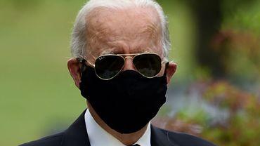 Le candidat démocrate à la Maison Blanche, Joe Biden, porte un masque noir pour sa première apparition publique depuis la mi-mars, lors d'une journée d'hommage aux anciens combattants américains, le 25 mai 2020, à New Castle, dans le Delaware