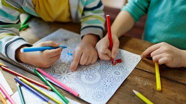 Colorier des mandalas avec les enfants pour les détendre.