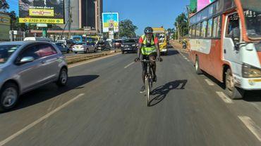 Steven Odhiambo, 30 ans, pédale au milieu du trafic sur une voie rapide de Nairobi, le 28 janvier 2021