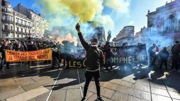 """Plusieurs milliers de """"gilets jaunes"""" ont défilé dans les grandes villes françaises"""