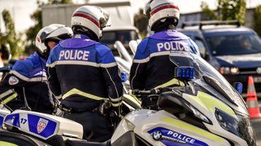 Image illustrant des agents de la police française le long de l'A27 près de Camphin-en-Pevele, dans le nord de la France en octobre 2017.