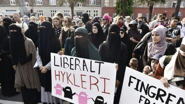 Des femmes portant le voile manifestent à Copenhague contre l'interdiction de porter le voile intégral au Danemark, le 1er août 2018.