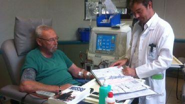 Le docteur Cambier et l'un de ses patients