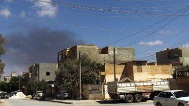 De la fumée s'élève d'un bâtiment de Benghazi à la suite d'une frappe aérienne, le 1er septembre 2014