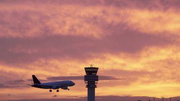 Un avion survole l'aéroport de Melsbroek