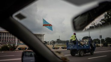Le drapeau de la République démocratique du Congo flotte devant l'Assemblée nationale à Kinshasa, le 17 décembre 2018