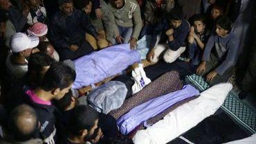 Des corps de Syriens tués dans des attaques aériennes, le 11 octobre 2013 à Jabal al-Zawiya, dans la province d'Idleb