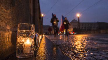 Sur un kilomètre, des chopes de bière posées sur le sol avec des bougies allumées à l'intérieur: c'est ainsi que restaurateurs et propriétaires de pubs de Prague ont choisi dimanche de protester.