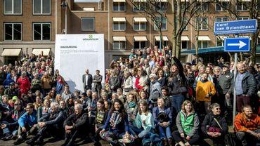 Des dizaines de militants écologistes devant le siège de Shell à La Haye le 5 avril 2019