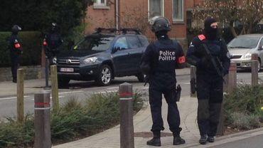 Policiers déployés à Schaerbeek, avenue des Cerisiers.