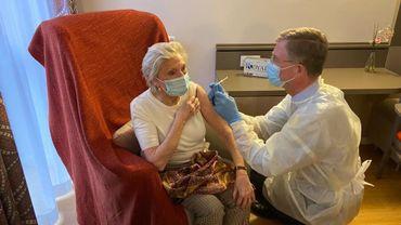 Lucie Vandamme est la première résidente de la résidence du Prince Royal d'Ixelles à recevoir son vaccin contre le coronavirus