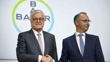Le 26 avril 2019, le directeur général du géant allemand des produits chimiques Bayer, Werner Baumann (à droite) et le président du conseil de surveillance, Werner Wenning, prennent la parole à l'occasion de l'assemblée générale annuelle du groupe, au World Conference center à Bonn, dans l'ouest de l'Allemagne.