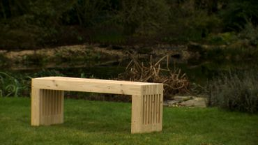 Un banc en sapin pour le jardin